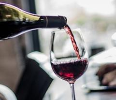 Rödvin hälls upp i ett glas
