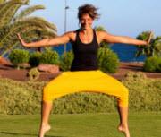 Kvinna tränar bland palmer