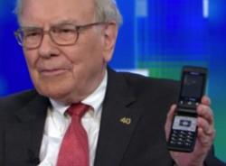 Warren Buffet med gammal mobiltelefon