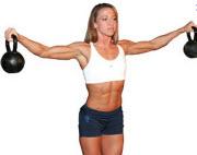 Kvinna styrketränar med kettlebells