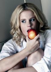 Kvinna äter frukt