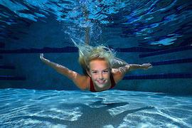 Tjej som simmar under vattnet